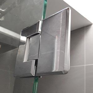 Grūdinto stiklo durys su spyna ir metalinėmis rankenomis