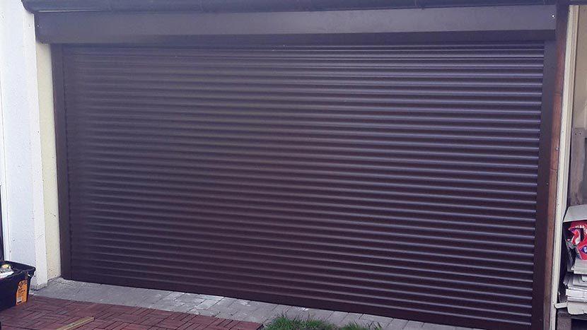 Rudos garažo durys žaliuzės