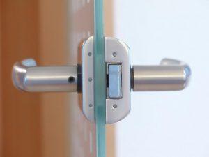 Stiklines durys su metalinėmis rankenomis