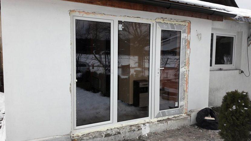 Baltas plastikinis langas nuosavame name